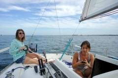 Chenal de l'île, Julie à la barre, Alice sur Navionics (ou Facebook !)