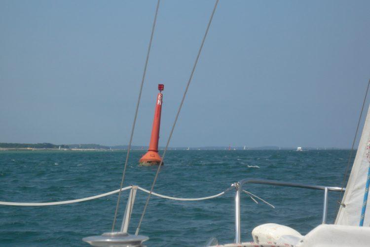Dans les passes du Bassin d'Arcachon - la bouée 6N rouge