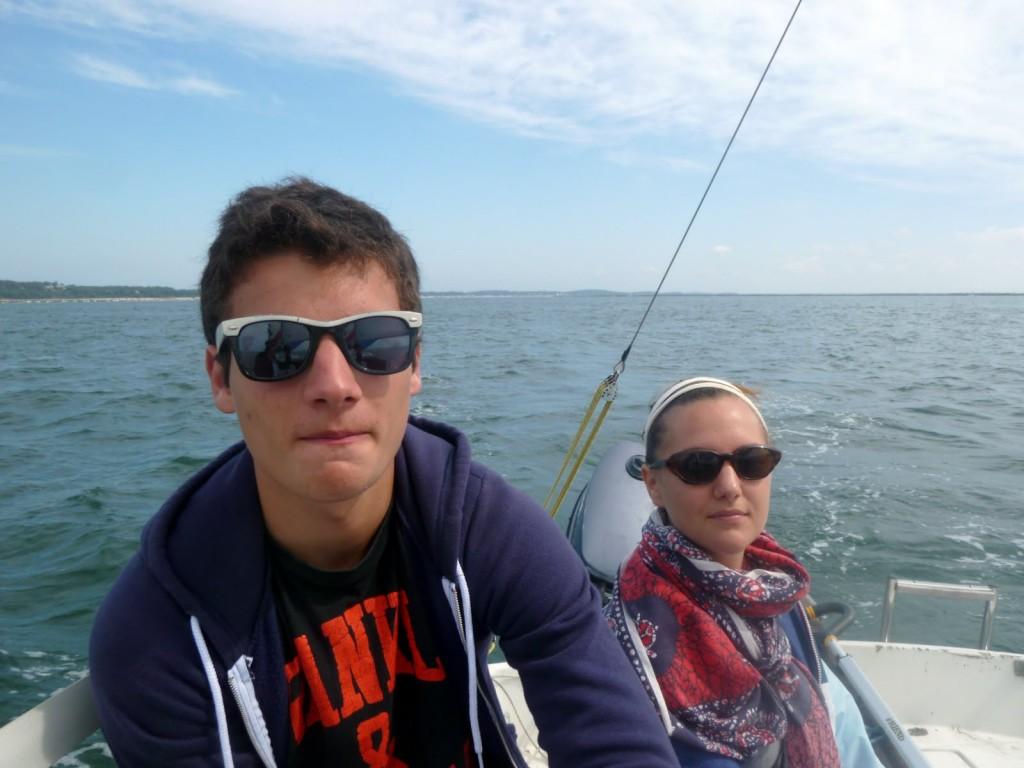 Laura à la barre pendant le bord de spi, Rémi aux réglages (Photo : Liza)