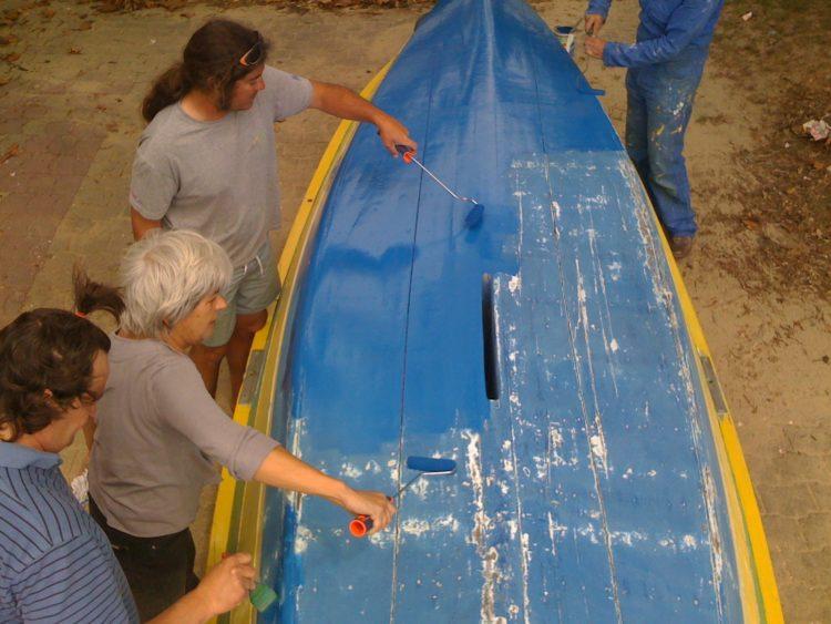 un peu de bénévolat pour gratter et peindre la pinasse à voile Capricieuse, au club nautique de Claouey