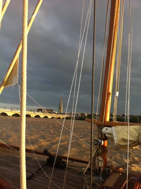 Le pont de pierre et la flèche de St. Michel, depuis l'Escalumade. #fetedufleuve #Bordeaux