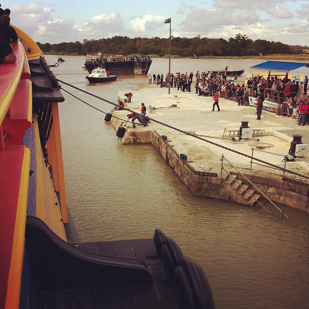 Enfin ! Le bateau-porte est retiré. Plus rien ne s'oppose à la sortie de l'#hermione vers la Charente