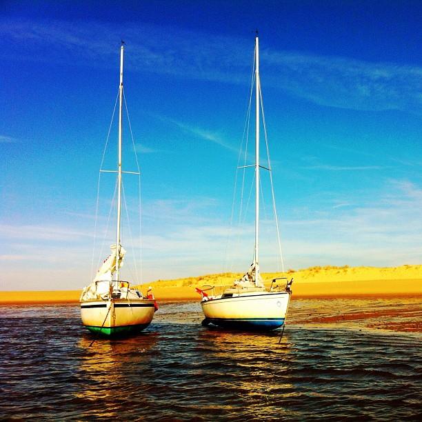 Iboga et Aleau au sec après une pleine mer un peu agitée. #boat #sail #sea #sun #sand #family