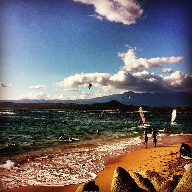 """Comme dit Vincent """"Tu pourras dire que tu as kité à la Tonnara"""" (btw, merci pour le matos et surtout le chapperonnage !) #kitesurf #35kts #caillloux #corse #corsica"""
