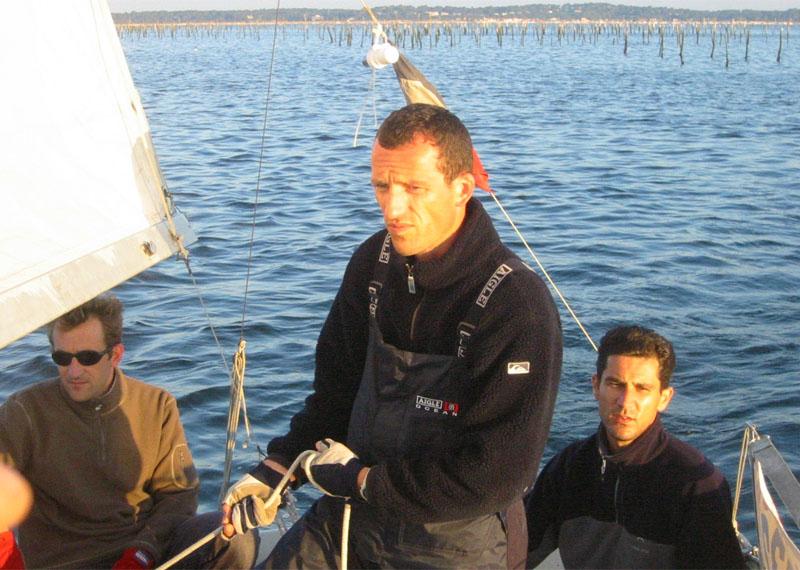 L'équipage réuni par le lever du soleil ; noter l'air concentré de Stéphane et de Benoît, auteurs de nombreux virements de bords.